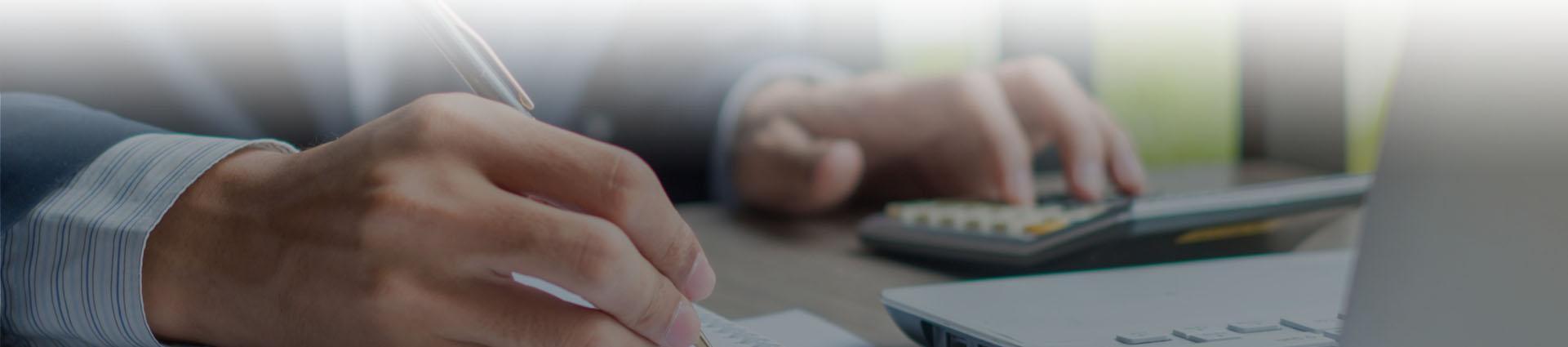 pan piszący w notatniku, długopis, kalkulator